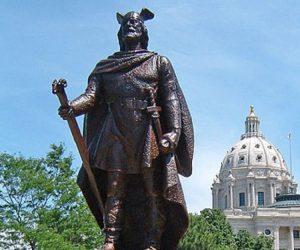 Patung Leif Erikson yang terdapat di depan parlemen negara bagian Minnesota, St Paul